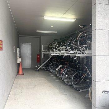 駐輪場、バイク置場あります。
