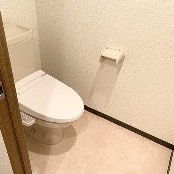 トイレは上部棚、ウォシュレット付き◎(※写真は4階の同間取り別部屋のものです)