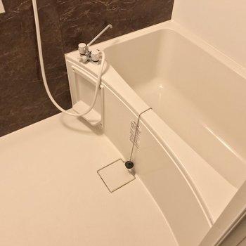 お風呂にはブラウンのパネル。ゆったりリラックスできそう。