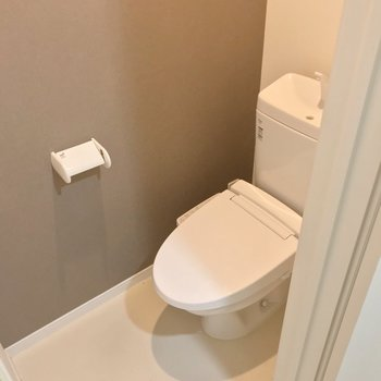 トイレは脱衣所の一角。開き戸で仕切られています。