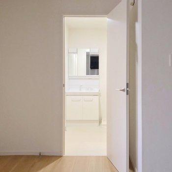 この洋室の近くに脱衣所。