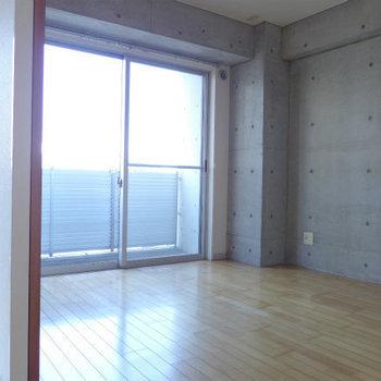 リビングから洋室は、間仕切りを開ければ開放的!(※写真は7階の同間取り別部屋のものです)