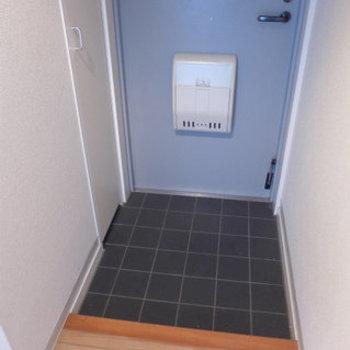玄関はコンパクトですが十分そうな広さ!(※写真は7階の同間取り別部屋のものです)