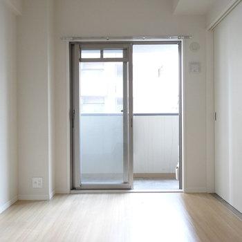 洋室は寝室にピッタリのサイズ感◎(※写真は3階の同間取り別部屋、清掃前のものです)