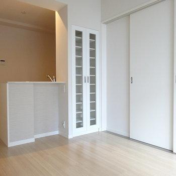 扉をしめても広い空間。収納力◎の食器棚が便利♬(※写真は3階の同間取り別部屋、清掃前のものです)