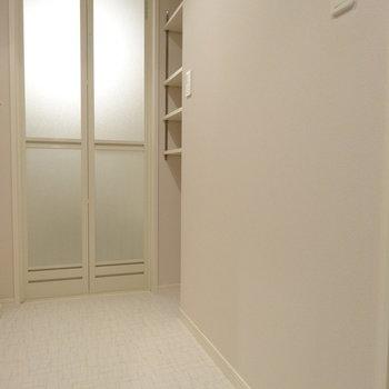 お風呂の前にも収納スペースが助かるね♬(※写真は3階の同間取り別部屋、清掃前のものです)
