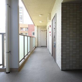広くて綺麗な共用廊下。