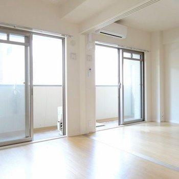 扉をあけて広々ワンルーム。光がたっぷり射し込みます。(※写真は3階の同間取り別部屋、清掃前のものです)