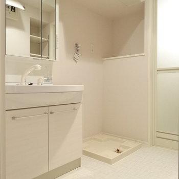 広い洗面台の横に洗濯機置場。横のスペースに洗剤など置けそう!(※写真は3階の同間取り別部屋、清掃前のものです)