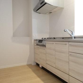 木目調のキッチンがナチュラルでかわいい♡通路広々なので、後ろに冷藏庫も置ける!(※写真は3階の同間取り別部屋、清掃前のものです)