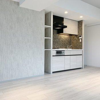 【LDK】キッチン側の壁はアクセントクロスになっているので、空間にメリハリもつきますね。
