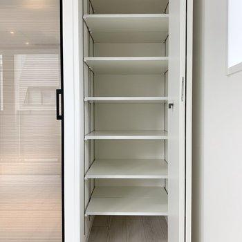 【洋室】棚は高さが調節できます。