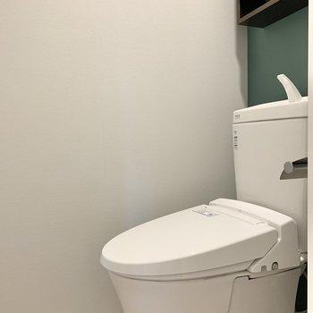 トイレはグリーンのクロスがおしゃれ。
