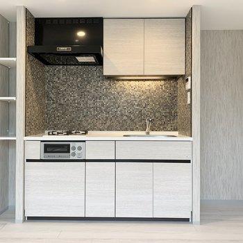【LDK】キッチン横にも収納がありますよ。