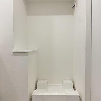 洗濯機置き場の上には棚がありますよ。