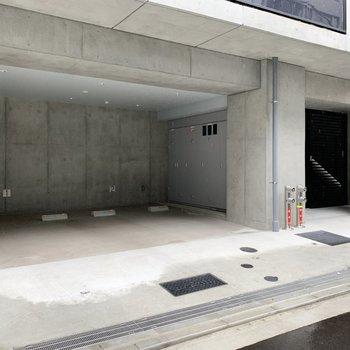 エントランス裏には駐車場と駐輪場の入り口があります。