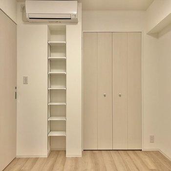 【洋室】左の扉は玄関部へと続いています。