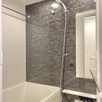 黒い壁によって落ち着いた雰囲気感じる浴室。
