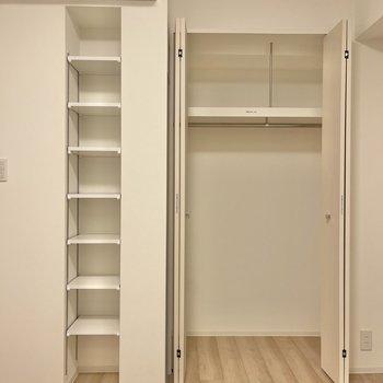 【洋室】収納は、パイプの渡ったものと、棚版が可動式のものがあります。