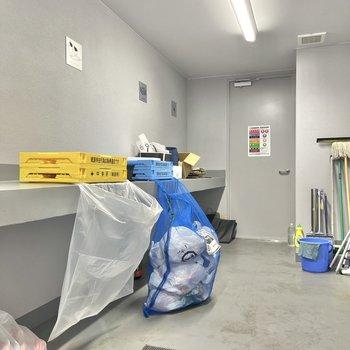 駐輪場の奥にはゴミ捨て場が。