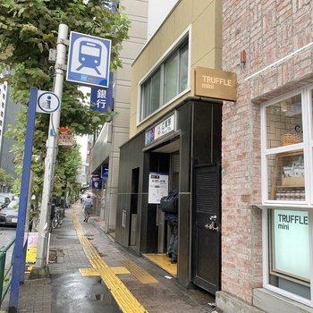 お部屋へは、広尾駅2番出口から。