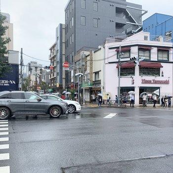 駅の目の前は大通りになっています。
