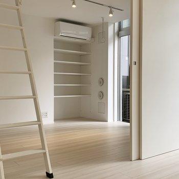 【洋室】オープンタイプの棚もあります。