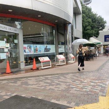 駅前には銀行や本屋さん、パン屋さんなどお店がたくさんありますよ。