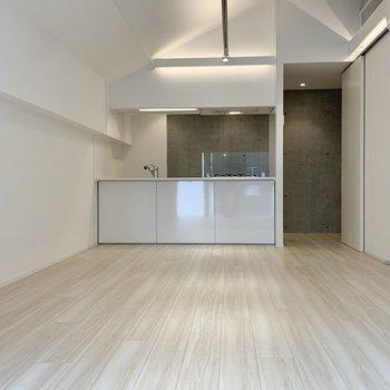 【LDK】ダイニングテーブルに、ソファ、テレビと大型家具家電も余裕を持って置けますよ。