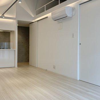 【LDK】エアコンは横についています。空気がお部屋全体に広がりますね。