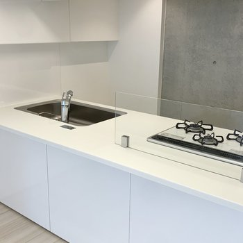 キッチンには水・油跳ね防止のパネル付いています。