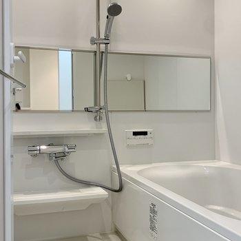 お風呂の鏡は横長。