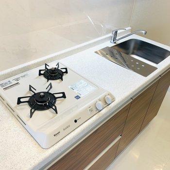 キッチンスペース。シンクボードで作業スペースも確保されています。