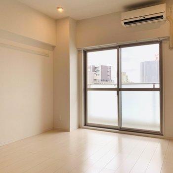 シンプルな洋室。ダウンライトの照明がほっこりとした気分にしてくれます。