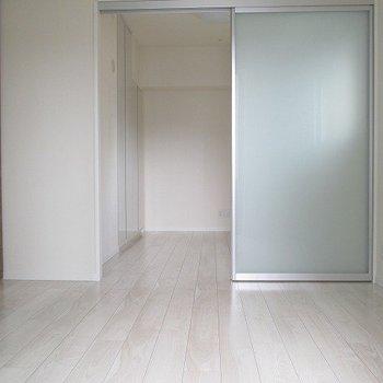奥のベットルームです。ドアを閉められます。※写真は前回募集時のものです