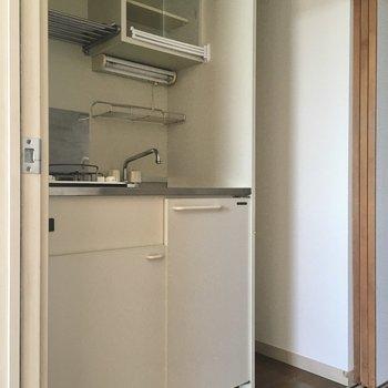 開けると洋室側からキッチン。お隣は冷蔵庫置場です。(※写真は11階の同間取り別部屋のものです)