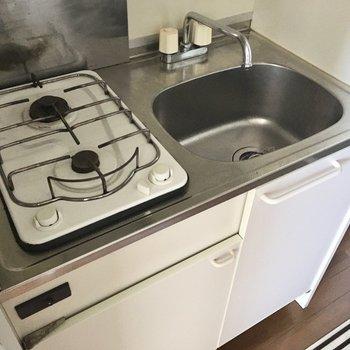2口コンロでお湯を沸かしながら、目玉焼きを焼いたり・・・!(※写真は11階の同間取り別部屋のものです)