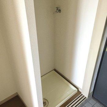 玄関横に洗濯機置場!棚もありますよ。(※写真は11階の同間取り別部屋のものです)