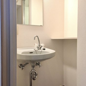水まわり入って左に洗面台。棚には化粧品を置いたりできますね。(※写真は11階の同間取り別部屋のものです)