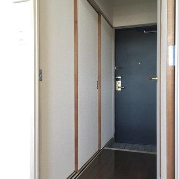 玄関前にはずらりと扉。(※写真は11階の同間取り別部屋のものです)