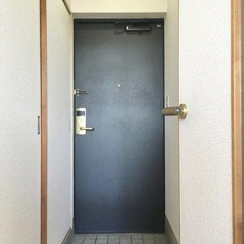 玄関はシンプルに。靴は玄関に入るだけをチョイス。(※写真は11階の同間取り別部屋のものです)