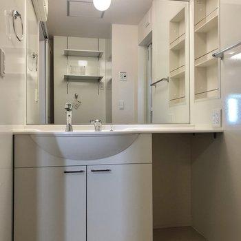 大きな鏡の洗面台。右には椅子を置いたりできますね。