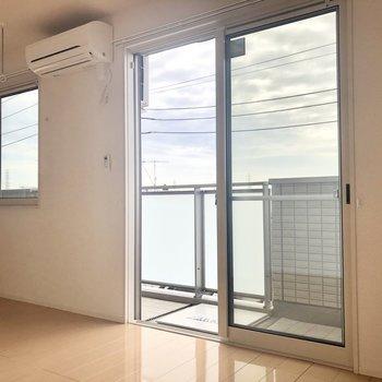 【LDK】大きな窓が2つも。近くに高い建物がないのでよく光が入ってきますよ。