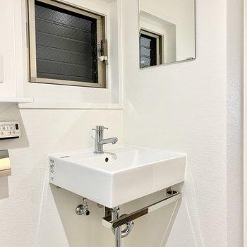 洗面台正面には窓。右側に鏡。