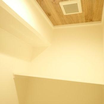 ペーパー置き場も!そしてトイレの天井も木目調!
