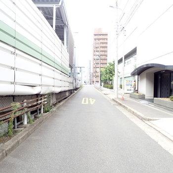 周辺環境】高速道路沿いの道路です。駅も近くて便利だなと感じました。