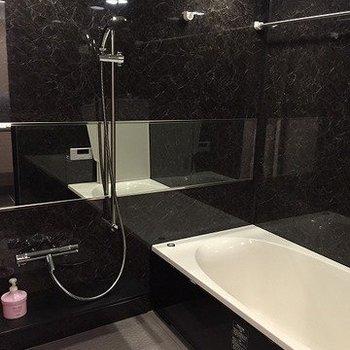 シャワーヘッドがとてもオシャレなんです!広々バスタブにも満足!(※写真は4階同間取り別部屋のものです)