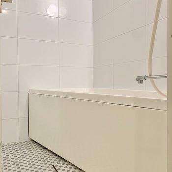 タイルが可愛らしい浴室。