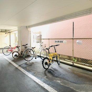 1階には屋根付きの自転車置き場がありました。
