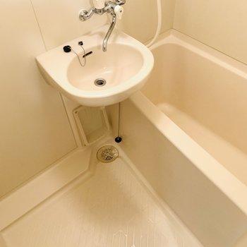 少しコンパクトな浴槽は少ないお湯で肩までつかれて節約にもなりそう。(※写真は3階の同間取り別部屋のものです)